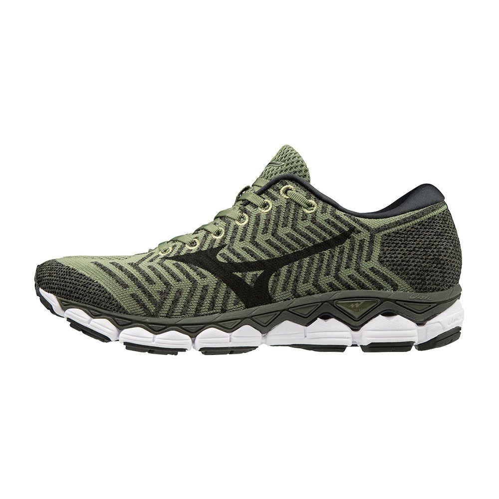 big sale 56c49 9a1ea Homme Met Des Chaussures Sur