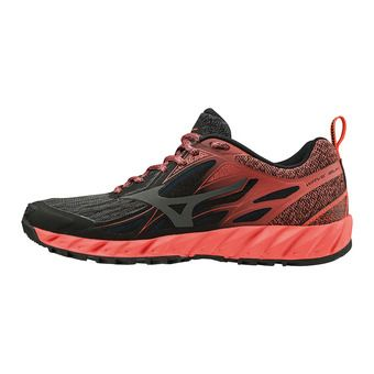 Mizuno WAVE IBUKI - Chaussures trail Femme black/dark shadow/hot coral